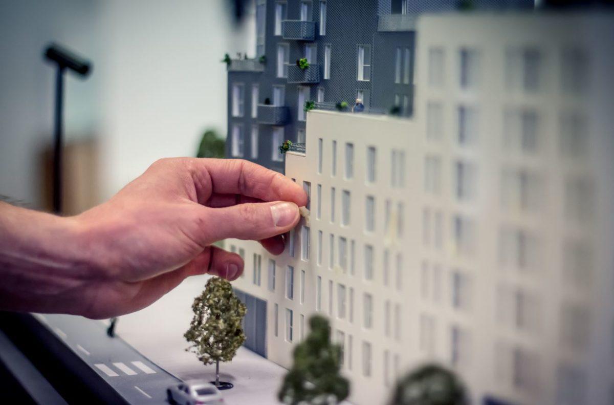 maquette architecture avec main