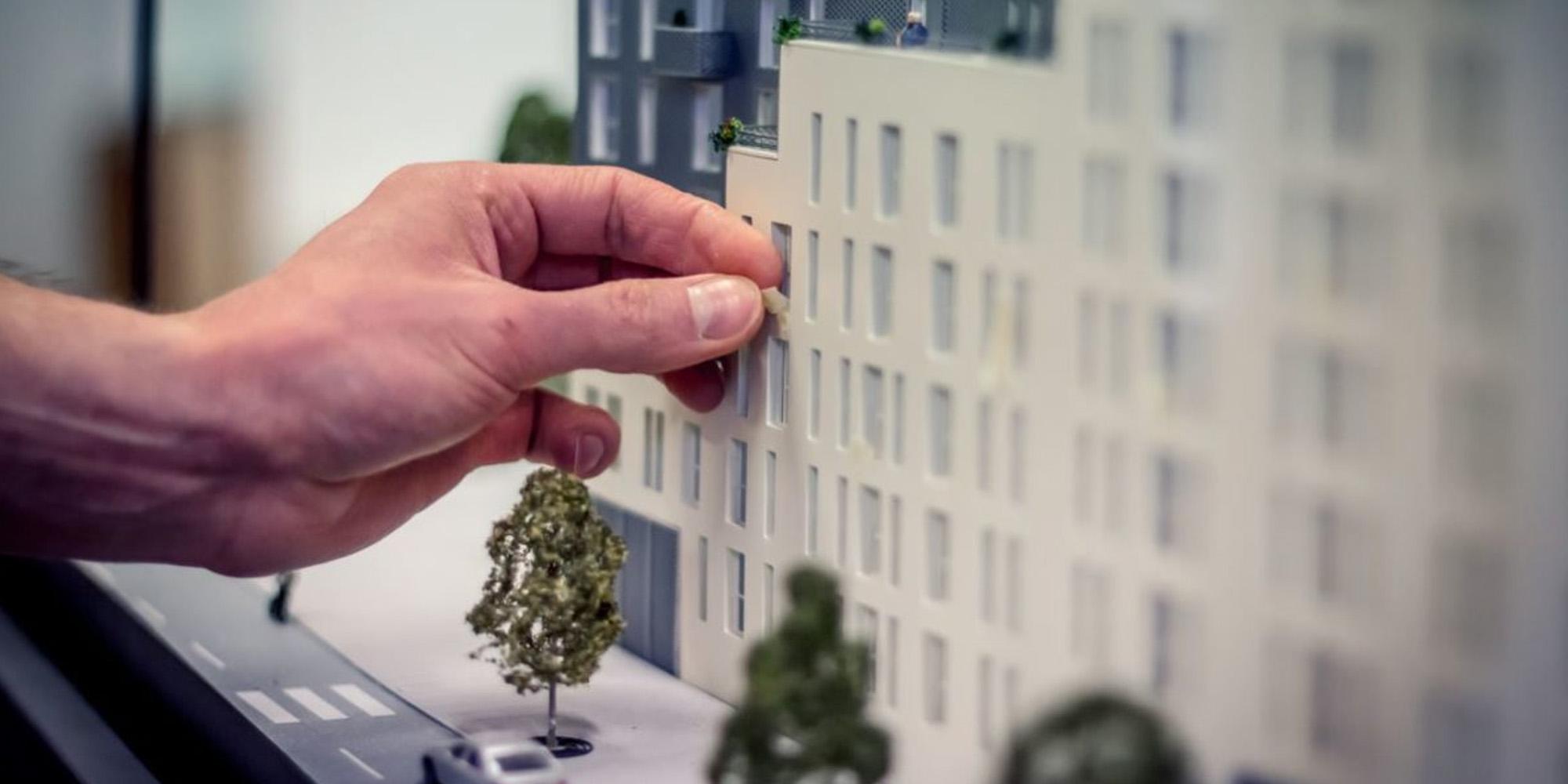 maquette immobilière avec main