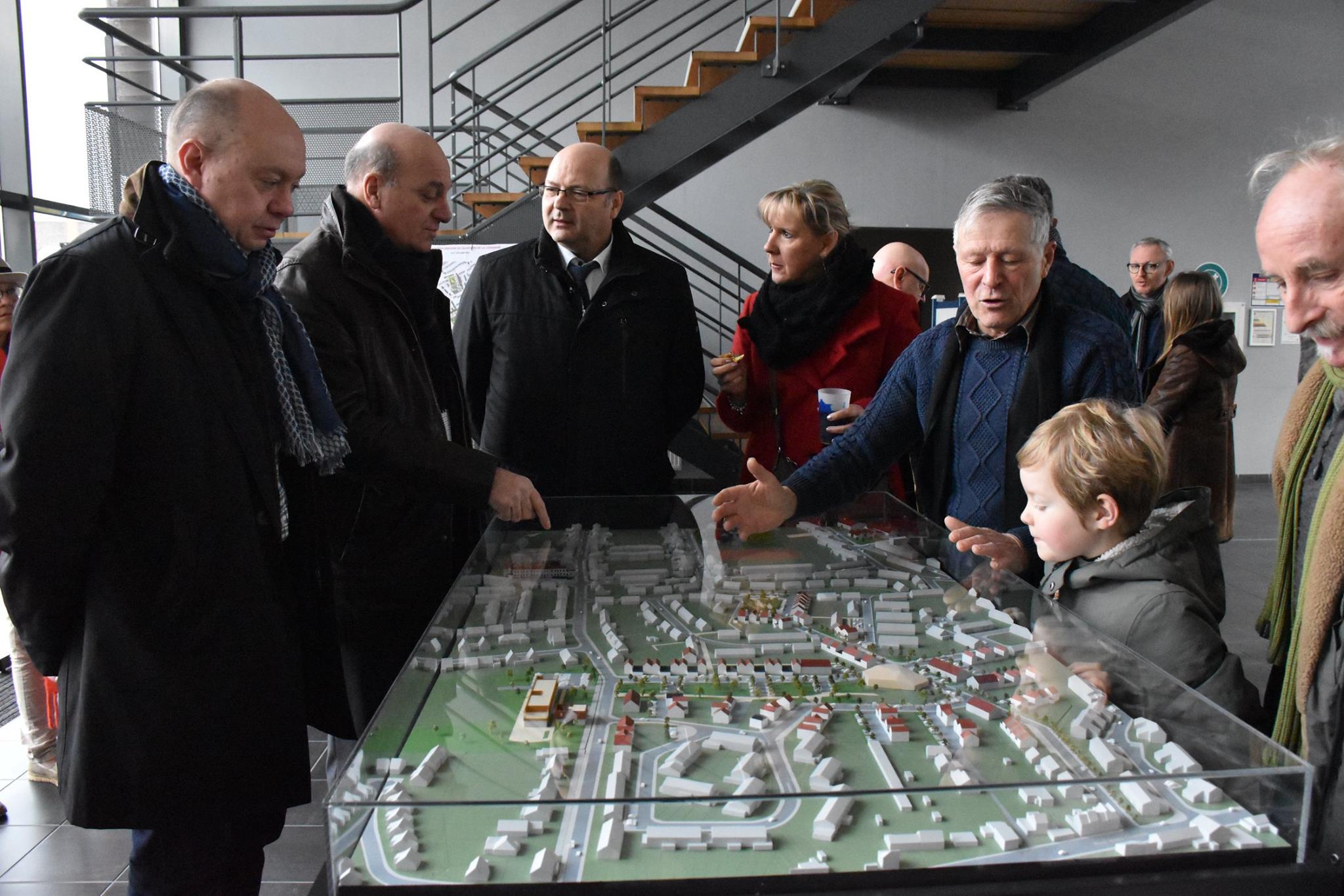 Présentation de la maquette du projet de rénovation du quartier Lionderie/ Trois Baudets aux habitants de Hem.
